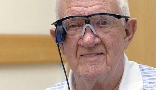 加齢黄斑変性症で失われた視力をカメラで代替する手術