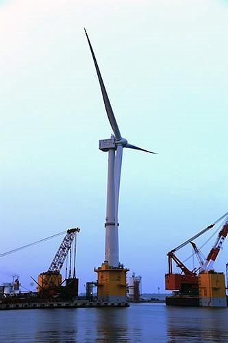 世界最大の浮体式洋上風力発電風車建設中