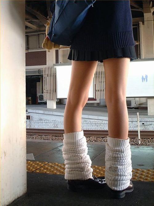 【盗撮 エロ画像】短いスカートで何かをアピールする若者たちwww