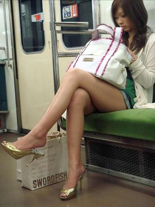 電車内のお姉さんの足をジロジロ視姦してる気分が味わえるエロ画像www