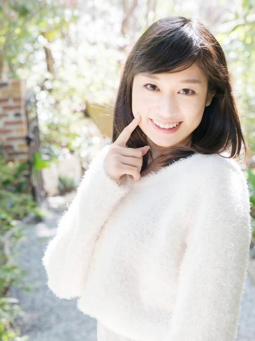 アイドル顔負けの純真オーラを放つ美乳なAV女優のエロ画像