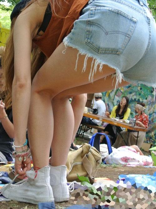 【盗撮 エロ画像】街撮りされた素人さんの生足が生々しいwww