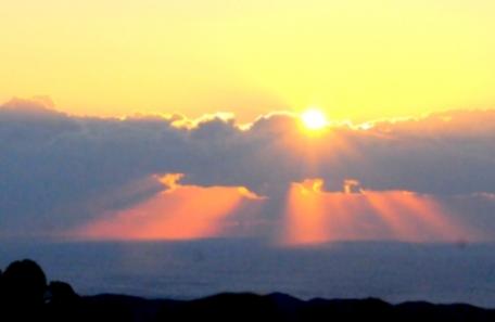 伊勢志摩から初日の出に天使の階段-雲の隙間から降り注ぐ太陽の光