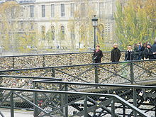 Paris_Pont_des_Arts_upstream_rive_gauche_close-up.jpg