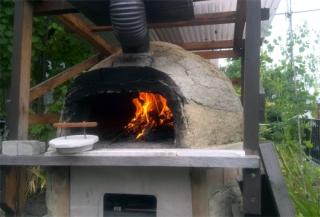 201507 ピザ焼きのために窯に火を入れる