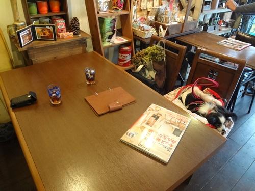 座ったテーブル席