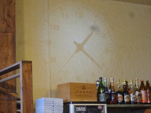 壁に写るプロジェクター時計
