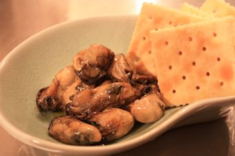 牡蠣のオイル漬けとクラッカー