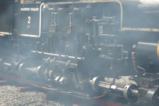 煙る縦型スチームエンジン