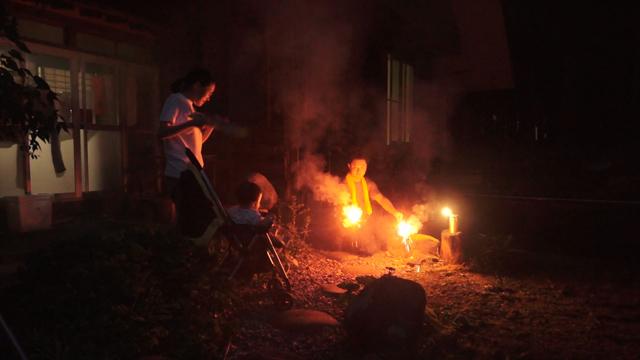 子供に初めて花火を見せる