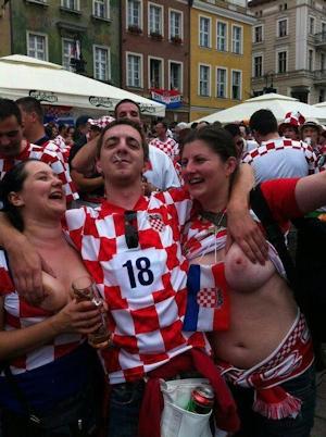 クロアチアの女性サポーターがおっぱい出し 1