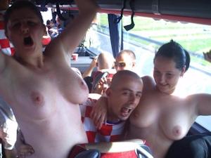 クロアチアの女性サポーターがおっぱい出し 2