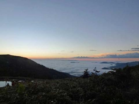 朝焼けに染まる駒ヶ岳と雲海