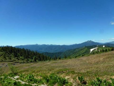 燧ケ岳と日光の山並みが見える