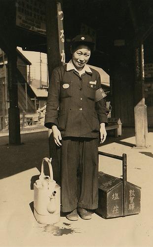 8 敦賀駅ホームでお茶の立売ー昭和29年ころ