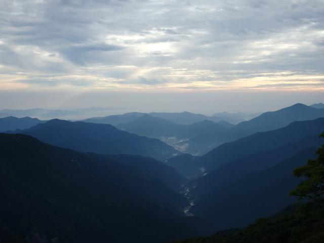 東の木屋平や神山町方向を見る