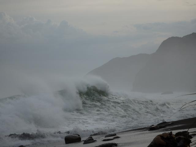 砂浜に打ちつける波濤