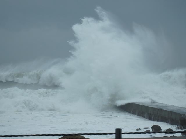 ときどき30mぐらいの波しぶきが上がる