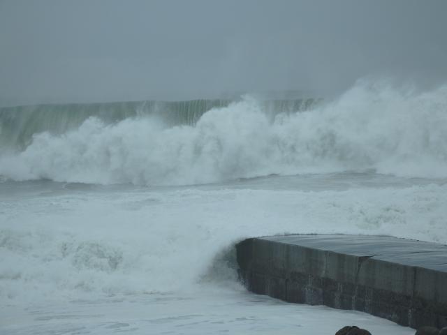 次々に大波が