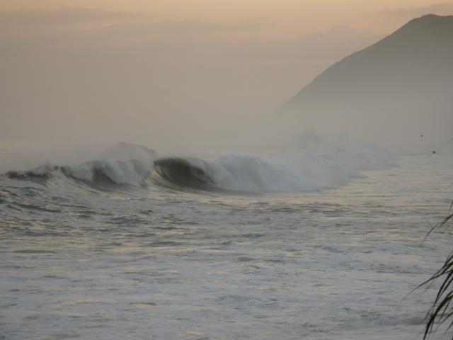 海と陸の境が分からない荒れようになってきた