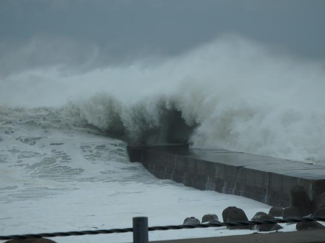 波止場に打ちつける大波