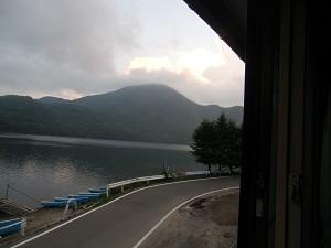 窓から黒檜山が見える