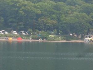 対岸はキャンプ村