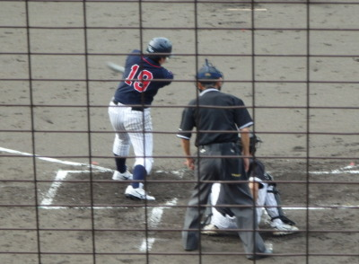 P8200386コスギ4回裏この回4点目となる右翼線二塁打を7番が放つ