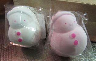 白とピンクの雪ダルマ
