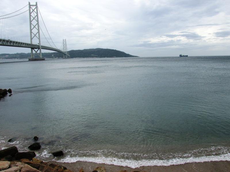 舞子砲台の下から明石海峡大橋 ...