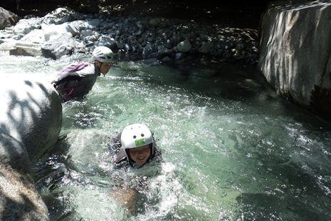 飛び込んで、泳いで