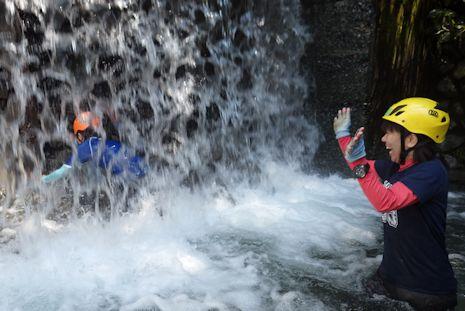 滝に突っ込め!