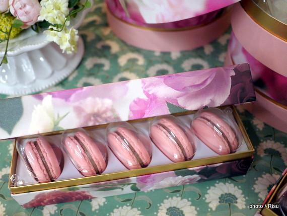 花咲くローズマカロン-日比谷花壇フラワースイーツ
