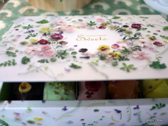 「花咲くローズエクレア」-日比谷花壇フラワースイーツ