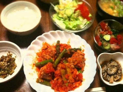2012年4月28日 豚小間ボールとアスパラのトマト煮、カブの葉とおかかの炒り煮、野菜サラダ、きゅうりとトマトとザーサイの和え物、キノコのおかか煮、豆腐と野菜の味噌汁