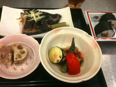 2012年5月15日 カレイの煮付け、鶏肉と夏野菜の焼きびたし、レンコンの挟み揚げ、太巻き寿司