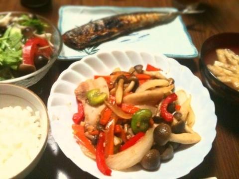 2012年6月8日 豚肉と野菜のガーリック炒め、キノコサラダ、さんまの塩焼き、ワカメと油揚げの味噌汁
