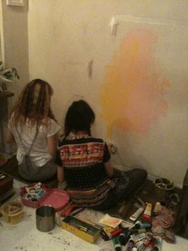 2、壁にお絵かきしてます♪( ´▽`)楽しそう♪
