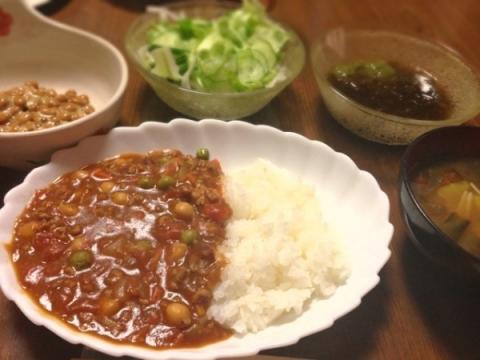 2013年2月10日 ひき肉と豆とトマトのカレー、キャベツとキノコとわかめの味噌汁、グリーンサラダ、納豆、もずくとめかぶ