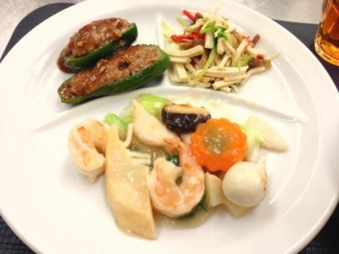 2013年4月9日 豆腐干の和え物、八宝菜、ピーマンの肉詰め