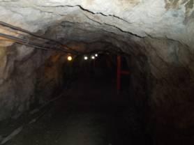 松代象山地下壕に入れば湿気と冷たさに囲まれた感じがした