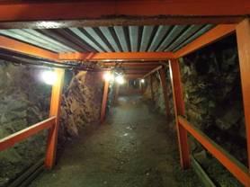 松代象山地下壕の出入口付近は天井も内壁も支持鉄骨で強固にされていた