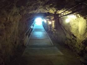 地下壕の出入り口の明かりが見えてきた