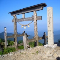 山頂の奥宮御社殿と参籠所(山小屋)