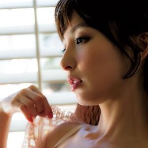 元AKB48篠田麻里子、「週刊ヤングジャンプ」でランジェリー姿を披露
