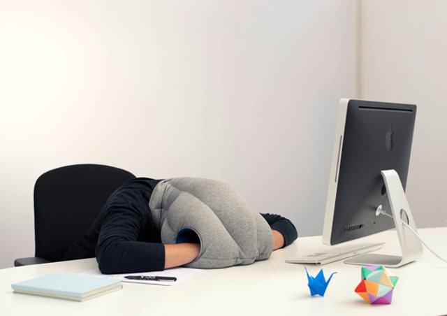 【マジかよ】どこでも寝られる「かぶる枕」が激しくヤバイ件wwwwwwwwwwwwww