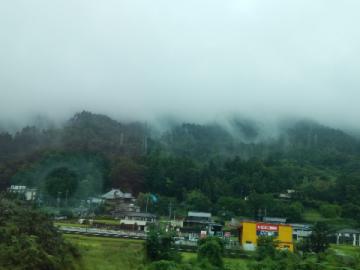 雨に煙る山
