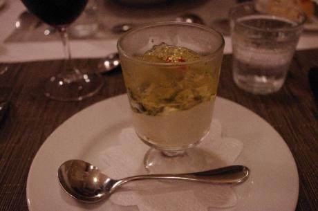 牡蠣の燻製 モッツァレラのムース トマトコンソメ