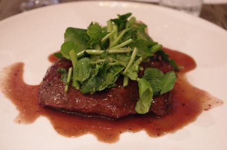 牛ハラミの黒胡椒焼 赤ワインソース クレソンのサラダ