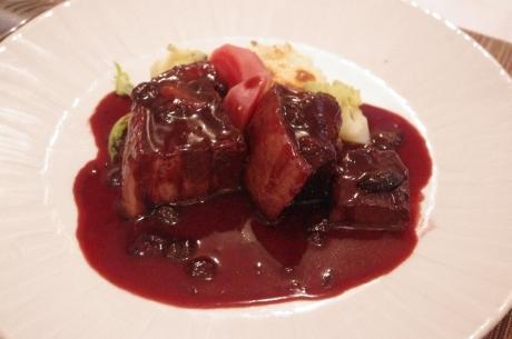 豚三枚肉の赤ワイン煮込み ハスカップ風味